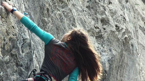 Giorgia, promessa dell'arrampicata, con lo sguardo rivolto verso l'alto. Non sarà il diabete ad impedirle di raggiungere la vetta.